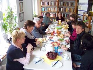 Leutzscher Bürgerfrühstück bringt Menschen zusammen | Unterhaltsames Miteinander beim Frühstück im Stadtteilladen / Foto: Enrico Engelhardt