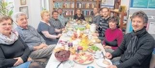 Leutzscher an einem Tisch | Bürgerfrühstück im Stadtteilladen Leutzsch / Foto: André Kempner