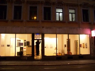 Architektur-Apotheke in Georg-Schwarz-Straße 7 eingezogen | Letzte Vorbereitungen vor der Ausstellungseröffnung in der GSS 7 / Foto: Enrico Engelhardt