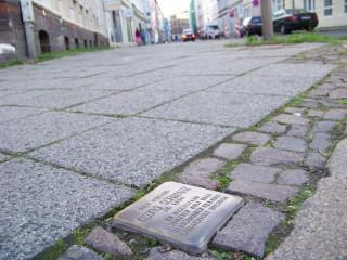 Gedenken an 09. November auch in der Georg-Schwarz-Straße - Mahnwache an Stolpersteinen | Mahnwache am Stolperstein für Georg Schwarz (GSS 24) am Samstag / Foto: Enrico Engelhardt