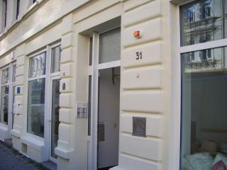 GSS 31 bereit für den morgigen Tag der offenen Tür  | Neu gestrichene Fassade des Flüchtlingshauses GSS 31 / Foto: Enrico Engelhardt