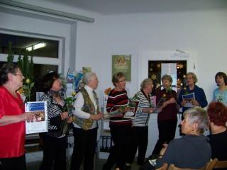 Kabarettpremiere  im Stadtteilladen Leutzsch begeisterte das Publikum  | Die 8 Damen des Seniorenkabaretts singen eine Zugabe / Foto: BV Leutzsch