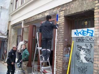 Autodidaktische Initiative bekommt neue Ladenfront | Bauarbeiter beim Ausbau der Ladenfront GSS 19 / Foto: Enrico Engelhardt