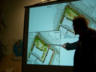 Schulhof und Haltestelle sollen schöner werden   | Zwei Varianten zur Schulhofgestaltung wurden am 13. 02. vorgestellt / Foto: Enrico Engelhardt