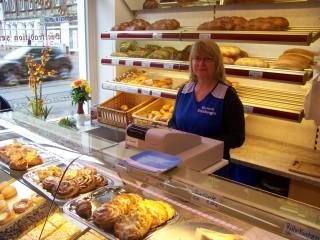 Fein-Bäckerei Freiberger ist neu in Leutzsch - Qualität seit 1797 | Frau Teichert verkauft frische Brötchen und leckeren Kuchen in Leutzsch / Foto: Enrico Engelhardt