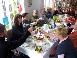 Fröhliche Frauentagsfeier in der Georg-Schwarz-Straße  | Gemeinsames Anstoßen auf den Frauentag im Stadtteilladen Leutzsch / Foto: Enrico Engelhardt