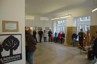 Ausstellungen in der Galerie artescena locken rund 70 BesucherInnen an | Interessierte BesucherInnen bei der Vernissage zur Georg-Schwarz-Straße / Foto: Enrico Engelhardt