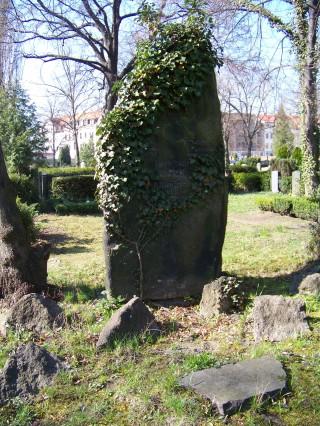 Gründung einer Bürgerinitiative zur Rettung eines Leutzscher Gedenksteins | Der Gedenkstein auf dem Leutzscher Friedhof im heutigen Zustand  / Foto: Enrico Engelhardt