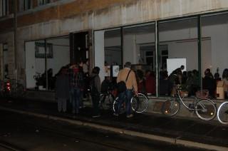 Über 500 BesucherInnen beim Buchmessetag in der Georg-Schwarz-Straße | Großer Andrang zur Lesung in der ArchitekturApotheke (GSS 7) / Foto: Enrico Engelhardt