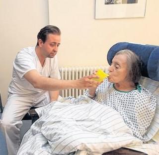 Politiker wechseln Perspektive  | Sebastian Gemkow war im Diakonissenkrankenhaus und half der 83-jährigen Frau Krüger / Foto A.Kempner