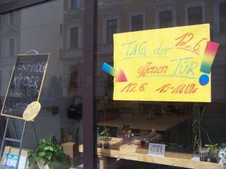 Ergotherapiepraxis Lindenau und Erfinderkinder veranstalten Tag der offenen Tür, am 12. 06. 2014 | Im Schaufenster der Spittastraße 16 wird für den 12. 06. geworben / Foto: Enrico Engelhardt