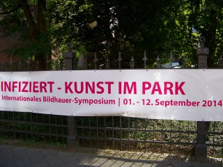 Bildinhalt: INFIZIERT - Kunst im Park - Ausstellungseröffnung am 12. 09. 2014 | Große Ankündigung am Diako-Zaun an der Georg-Schwarz-Straße / Foto: Enrico Engelhardt