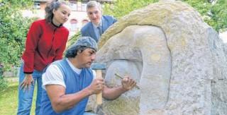 Finissage für Bildhauer-Treff im Diakonissenkrankenhaus  | Ein Bildhauer nimmt letzte Feinheiten vor / Foto: André Kempner