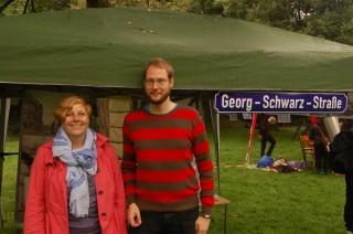17. Leutzscher Stadtteilfest - feucht aber fröhlich | Birgit Seeberger und Enrico Engelhardt am Stand des Magistralenmanagements GSS / Foto: MM GSS