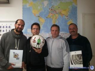 SV Lindenau 1848 vom DFB ausgezeichnet | Übergabe von Informationsmaterialien und Ball durch J.Gernhardt an den Verein /Foto:SV Lindenau 1848