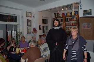Ein Abend im Zeichen des ausgelassenen Abschieds | Enrico Engelhardt und Marlies Fikus - das Stadtteilladen Team mit Gästen / Foto: Daniela Nuß