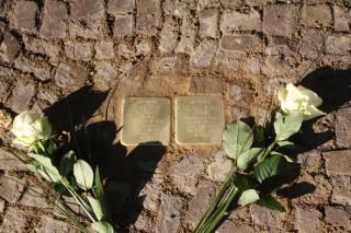 Bildinhalt: Zwei Stolpersteine für Dora und Michael Kohs vor der Uhlandstr. 8 verlegt |
