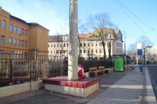 Vier neue Bänke an der Haltestelle Rathaus Leutzsch bilden den Abschluss der Baumaßnahmen an Schule |
