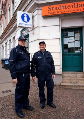 Bildinhalt: Bürgerpolizei rät: keine Taschen im Auto lassen | Bürgerpolizisten Jens Löbner und Bernd Kupke