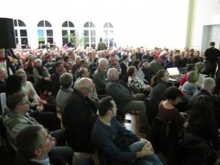 Bildinhalt: Zur Informationsveranstaltung zum Bauvorhaben Georg-Schwarz-Straße | prall gefüllte Aula zum Infoabend