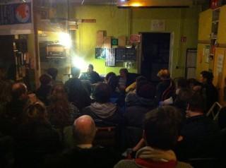 Bildinhalt: Lesung von Reportagen und liegengebliebenen Kolumnen -in transit- im café kaputt | Lesung mit Marcel 2016 im Café Kaputt