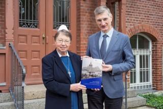 Festschrift 125 Jahre Diako erschienen | Diakonisse M. Wermuth + Rektor Dr. Kühne mit Festschrift, Foto: K. Zimmermann