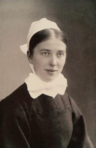 Bildinhalt: Ein Stolperstein für die Diakonisse Marie Runkel | Die Diakonisse Marie Runkel als junge Schwester um 1910 (Foto: Archiv Diakonissenhaus Leipzig)