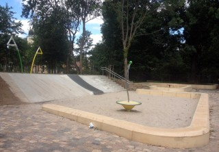 Bildinhalt: Neu gestaltete Spielfläche am Wasserschloss freigegeben  