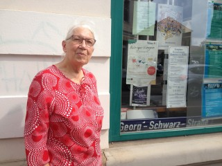 Bildinhalt: Zupacken statt jammern-Waltraud Jänichen leitet den Bürgerverein Leutzsch | Waltraud Jänichen vor dem Stadtteilladen