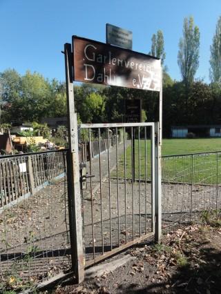 Bildinhalt: Weg durch KGV Dahlie - Stand | vorerst verschlossenes Tor der Dahlie