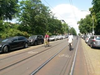 Bildinhalt: Umfrage zur Situation des Radverkehrs in der Georg-Schwarz-Straße im Rahmen der europäischen Mobilit | Radpiktogramme zwischen den Gleisen, Berlin, Kastanienallee