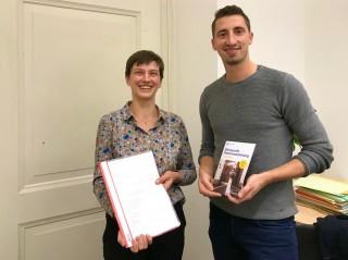 Bildinhalt: Abgabe der Petition zur Wiedereröffnung der Schlippe am KGV Dahlie in Leutzsch | Frau Gerlind Schubert übergibt die Petition an Herrn Schurig vom Petitionsausschuss
