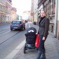 Verkehrs- und Tiefbauamt ruft Bürger zur Beteiligung an Magistralengestaltung auf    | Für eine Mutter mit Kinderwagen ist der Gehweg der GSS gerade breit genug / Foto: Enrico Engelhardt