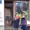 Leutzscher Laden in der Georg-Schwarz-Straße 112 steht vor Wiederbelebung | Kristin Häuser (links) vor dem neuen Laden, mit Frau Bredemann( HausHalten e.V.) /Foto: E.Engelhardt