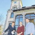 Eiskalter Mord - und die Mädler-Villa wird Leseort  |  Autorin Astrid Korten (links) und die Eigentümer Jana Fohrenkamm, Andreas Arens.  Foto: W. Zeyen