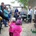 Flüchtlinge lernen Initiativen und Vereine der Georg-Schwarz-Straße kennen | Der Rundgang macht beim geimeinsam-grün e. V. einen Zwischenstopp / Foto: Enrico Engelhardt