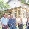 Villa Hasenholz mausert sich | Toralf Zinner (Mitte, mit blauer Jacke) führte um und in die Villa. / Foto: André Kempner