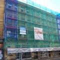 Fassadensanierung an der Georg-Schwarz-Straße 11 beginnt | Das straßenseitige Gerüst an der Georg-Schwarz-Straße 11 / Foto: Enrico Engelhardt